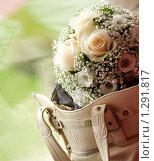 Букет невесты в женской сумочке. Стоковое фото, фотограф Владислав Иванов / Фотобанк Лори