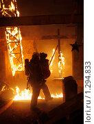 Купить «Спасатель выносит пострадавшую из огня», фото № 1294833, снято 6 декабря 2009 г. (c) Татьяна Белова / Фотобанк Лори