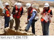 Купить «Геологи изучают руду в карьере. Мексика», фото № 1296173, снято 17 июня 2008 г. (c) Анна Зеленская / Фотобанк Лори