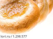 Купить «Свежие булочки с начинкой на белом фоне», фото № 1298577, снято 17 декабря 2009 г. (c) Юлия Сайганова / Фотобанк Лори