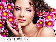 Купить «Портрет молодой девушки с цветами хризантемы», фото № 1302349, снято 26 октября 2008 г. (c) Валуа Виталий / Фотобанк Лори