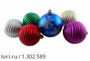 Цветные елочные игрушки. Новый шарик на фоне старых. Стоковое фото, фотограф Дамир Фахретдинов / Фотобанк Лори