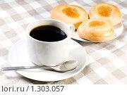 Купить «Кофе и свежие булочки на клетчатой салфетке», фото № 1303057, снято 17 декабря 2009 г. (c) Юлия Сайганова / Фотобанк Лори