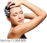 Купить «Девушка моет голову с шампунем», фото № 1304805, снято 29 сентября 2009 г. (c) Валуа Виталий / Фотобанк Лори