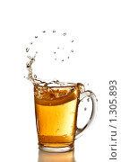 Купить «Кружка с напитком и брызги в в виде спирали», фото № 1305893, снято 14 ноября 2008 г. (c) Ярослав Данильченко / Фотобанк Лори
