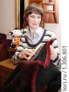 Купить «Женщина чистит дубленку», эксклюзивное фото № 1306801, снято 19 декабря 2009 г. (c) Мария Зубарева / Фотобанк Лори