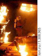 Купить «Спасатель ищет пострадавших при пожаре», фото № 1308965, снято 6 декабря 2009 г. (c) Татьяна Белова / Фотобанк Лори
