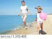 Купить «Девочка на берегу моря», фото № 1310405, снято 20 августа 2009 г. (c) Анатолий Типляшин / Фотобанк Лори