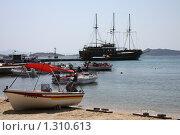 Моторные лодки на берегу моря (2008 год). Редакционное фото, фотограф Галина Новикова / Фотобанк Лори