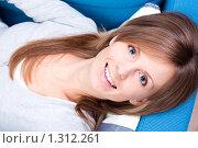 Купить «Девушка лежит и улыбается», фото № 1312261, снято 19 декабря 2009 г. (c) Петр Кириллов / Фотобанк Лори