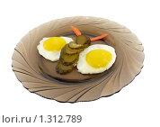Яичница с морковью и огурцами в форме бабочки. Стоковое фото, фотограф Дамир Фахретдинов / Фотобанк Лори