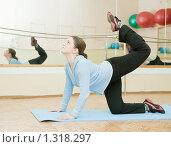 Купить «Девушка занимается гимнастикой в спортивном зале», фото № 1318297, снято 27 ноября 2009 г. (c) Яков Филимонов / Фотобанк Лори