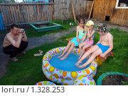 Мужчина снимает детей на видеокамеру. Стоковое фото, фотограф Александр Тараканов / Фотобанк Лори