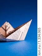Купить «Кораблик из газеты на синем», фото № 1334065, снято 21 июня 2008 г. (c) Михаил Тимонин / Фотобанк Лори