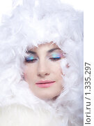 Купить «Портрет красивой девушки в боа на белом фоне», фото № 1335297, снято 7 декабря 2009 г. (c) Анна Игонина / Фотобанк Лори