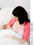 Купить «Мама кормит ребенка грудью», фото № 1336341, снято 5 декабря 2009 г. (c) Анна Игонина / Фотобанк Лори