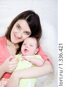 Купить «Мама держит на руках  грудного ребенка», фото № 1336421, снято 5 декабря 2009 г. (c) Анна Игонина / Фотобанк Лори