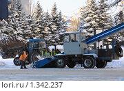 Дорожные рабочие и снегоуборочная техника на улице города (2010 год). Редакционное фото, фотограф Евгения Самбурцева / Фотобанк Лори