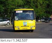 Купить «Городской автобус № 50 едет по дороге, город Мытищи, Московская область», эксклюзивное фото № 1342537, снято 31 июля 2009 г. (c) lana1501 / Фотобанк Лори