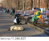 Купить «Дворники отдыхают в Александровском саду», эксклюзивное фото № 1346837, снято 27 марта 2009 г. (c) lana1501 / Фотобанк Лори