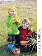 Купить «Дети с пасхальными куличами и яйцами», фото № 1348593, снято 22 апреля 2009 г. (c) Майя Крученкова / Фотобанк Лори
