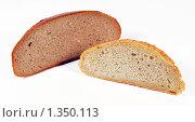 Купить «Две горбушки белого и черного хлеба», эксклюзивное фото № 1350113, снято 7 января 2010 г. (c) Юрий Морозов / Фотобанк Лори
