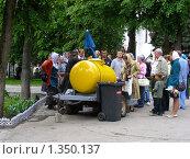 Купить «Свято Троице-Сергиева Лавра.Торговля разливным квасом», эксклюзивное фото № 1350137, снято 7 июня 2009 г. (c) lana1501 / Фотобанк Лори