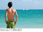 Купить «Молодой человек, стоящий лицом к океану», фото № 1350421, снято 9 декабря 2009 г. (c) Мария Смирнова / Фотобанк Лори