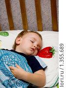 Маленький мальчик спит в кроватке. Редакционное фото, фотограф Ольга Богданова / Фотобанк Лори