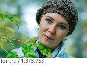 Купить «Портрет женщины на фоне листьев», фото № 1373753, снято 27 сентября 2009 г. (c) Гребенников Виталий / Фотобанк Лори