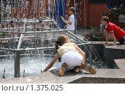 Купить «Маленькая девочка на бордюре фонтана», фото № 1375025, снято 8 июня 2009 г. (c) Галина  Горбунова / Фотобанк Лори
