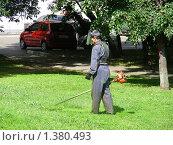Купить «Рабочий косит траву», эксклюзивное фото № 1380493, снято 18 июня 2009 г. (c) lana1501 / Фотобанк Лори