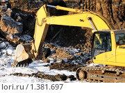 Купить «Экскаватор-погрузчик с ковшом», фото № 1381697, снято 15 января 2010 г. (c) Дмитрий Калиновский / Фотобанк Лори