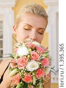 Купить «Красивая блондинка с букетом роз», фото № 1395365, снято 9 июня 2007 г. (c) Andrejs Pidjass / Фотобанк Лори