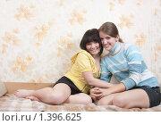 Купить «Две улыбающиеся девушки на диване», фото № 1396625, снято 19 октября 2009 г. (c) Дарья Филимонова / Фотобанк Лори