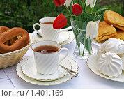 Чаепитие в саду с белым сервизом. Стоковое фото, фотограф Татьяна Емшанова / Фотобанк Лори