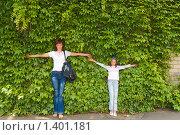 Мама и дочка на зеленом фоне. Стоковое фото, фотограф Сергей Шульгин / Фотобанк Лори