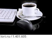Купить «Чашка горячего кофе, компьютерная мышь, фрагмент клавиатуры», фото № 1401605, снято 3 февраля 2009 г. (c) Vitas / Фотобанк Лори