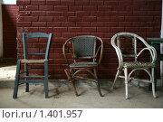 3 сломанных стула в заброшенном помещении. Стоковое фото, фотограф Майер Георгий Владимирович / Фотобанк Лори