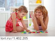 Купить «Счастливые мама и дочка изучают цифры», эксклюзивное фото № 1402205, снято 12 ноября 2009 г. (c) Juliya Shumskaya / Blue Bear Studio / Фотобанк Лори