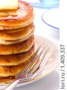 Купить «Стопка блинов на тарелке с фруктовым сиропом и маслом», фото № 1409337, снято 23 января 2010 г. (c) Андрей Лавренов / Фотобанк Лори