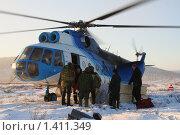 Вертолет зимой в тундре. Якутия (2006 год). Редакционное фото, фотограф Анна Зеленская / Фотобанк Лори
