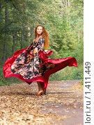 Купить «Красивая рыжеволосая девушка в костюме цыганки в вихре танца», фото № 1411449, снято 9 сентября 2009 г. (c) Alexandr Shevchenko / Фотобанк Лори