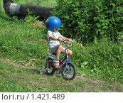 Юный гонщик - малыш на велосипеде (2005 год). Редакционное фото, фотограф Валентин Тучин / Фотобанк Лори