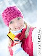 Купить «Портрет молодой девушки в зимнем лесу», фото № 1423493, снято 6 января 2009 г. (c) Andrejs Pidjass / Фотобанк Лори