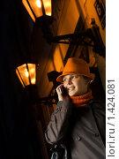 Купить «Девушка разговаривает по телефону в ночном городе», фото № 1424081, снято 16 октября 2007 г. (c) Andrejs Pidjass / Фотобанк Лори
