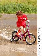 Девочка на велосипеде, фото № 1424109, снято 11 июня 2009 г. (c) Никонор Дифотин / Фотобанк Лори