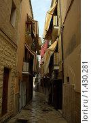 Купить «Маленькая улочка в старом Бари», фото № 1430281, снято 2 октября 2009 г. (c) Раппопорт Михаил / Фотобанк Лори