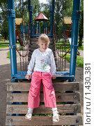 Улыбающаяся девочка на детской площадке. Стоковое фото, фотограф Матвеева Наталья / Фотобанк Лори