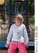 Девочка на детской площадке (2009 год). Редакционное фото, фотограф Матвеева Наталья / Фотобанк Лори